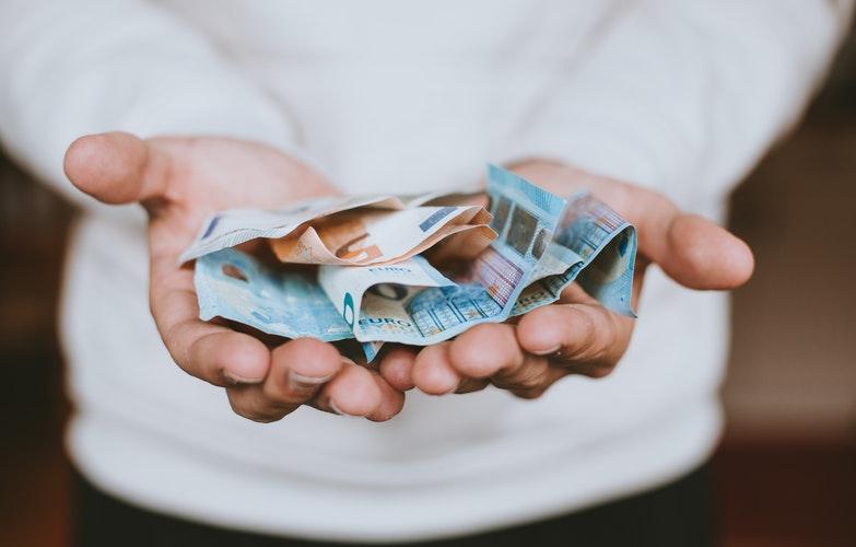 dinero euros manos