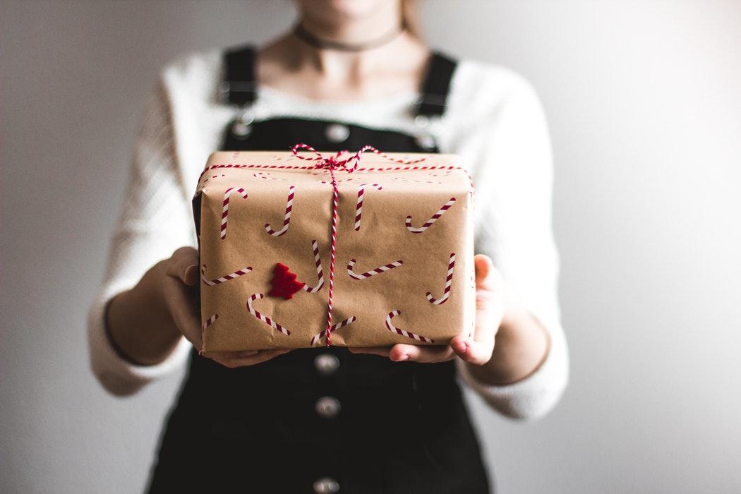manos regalo persona