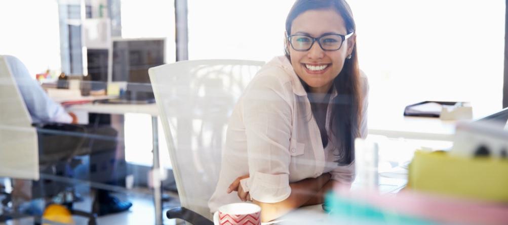 mujer mesa trabajo sonrisa